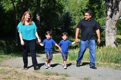 Ein Familiengehen lizenzfreie stockfotos