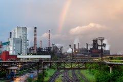 Ein farbiger Regenbogen über der metallurgischen Anlage Stockfoto