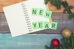 Ein farbiges hölzernes Weihnachts- oder des neuen Jahreshintergrund mit Aufschrift des neuen Jahres Lizenzfreie Stockbilder