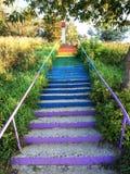 Ein farbiges Treppenhaus gemacht vom Beton im Park, der zu das Haus führt Lizenzfreie Stockbilder