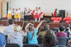 Ein Feiertag der Kinder im Kindergarten Rede von Kindern im Kindergarten in der Halle auf dem Stadium stockfoto