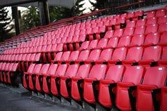 Ein Feld der leeren Stadionsitze Stockbild