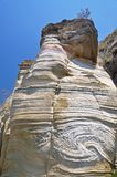 Ein Felsen der ungewöhnlichen Form gegen den blauen Himmel stockfotos