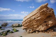 Ein Felsen durch das Meer Lizenzfreies Stockfoto
