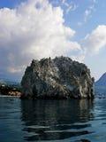 Ein Felsen im Meer Stockbild