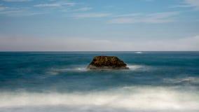 Ein Felsen im Ozean an der Bodega-Bucht stockbilder