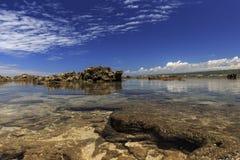 Ein Felsen am Rand des Strand rancabuaya Stockfotos