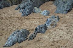 Ein Felsenmuster im Sand Stockfotografie