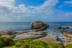 Ein felsiger Ozeanfrontmeerblick lizenzfreie stockbilder