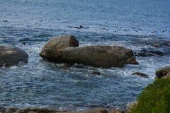 Ein felsiger Ozeanfrontmeerblick lizenzfreies stockbild
