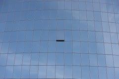 Ein Fenster angelehnt auf einem Glaswolkenkratzer Stockbild