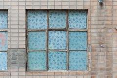 Ein Fenster auf dem Backsteinmauerhintergrund Lizenzfreie Stockfotografie
