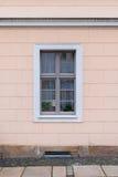 Ein Fenster auf einer Hausmauer Lizenzfreies Stockfoto