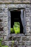 Ein Fenster in einem verlassenen gebrannten Haus Lizenzfreies Stockbild