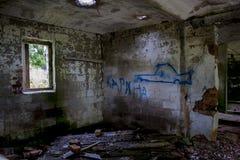 Ein Fenster in einem verlassenen gebrannten Haus Lizenzfreie Stockbilder