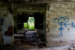 Ein Fenster in einem verlassenen gebrannten Haus Stockfoto
