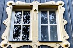 Ein Fenster am großen Haus Stockfotografie