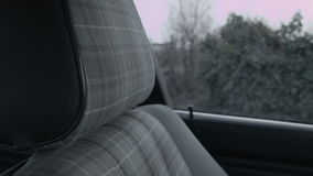Ein Fenster im Auto durch den Sitz