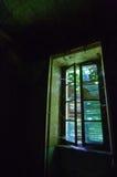 Ein Fenster mit geschlossenen Fensterläden Lizenzfreies Stockfoto