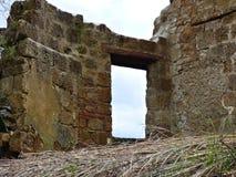 Ein Fenster zum Nirgendwo in einer toskanischen Hügel-Stadt lizenzfreie stockfotografie