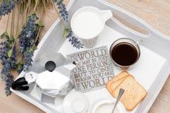 Ein festliches Frühstück des Kaffees im Bett Lizenzfreie Stockfotografie