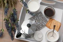 Ein festliches Frühstück des Kaffees im Bett Stockfotografie