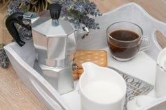 Ein festliches Frühstück des Kaffees im Bett Stockbilder