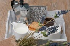 Ein festliches Frühstück des Kaffees im Bett Lizenzfreie Stockbilder