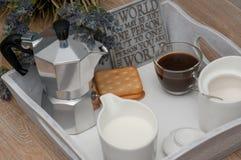 Ein festliches Frühstück des Kaffees im Bett Lizenzfreies Stockbild