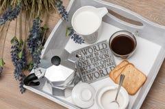 Ein festliches Frühstück des Kaffees im Bett Lizenzfreie Stockfotos
