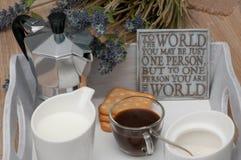 Ein festliches Frühstück des Kaffees im Bett Stockbild