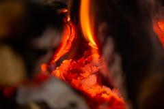 Ein Feuer brennt im Kamin, langsam Kohle wird produziert stockfotografie