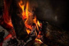 Ein Feuer brennt im Kamin, langsam Kohle wird produziert lizenzfreie stockbilder