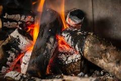 Ein Feuer brennt im Kamin, langsam Kohle wird produziert stockfotos