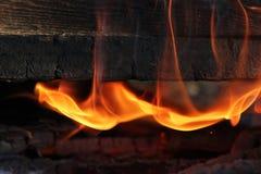 Ein Feuer, in dem alte gemalte Bretter im Feuer eingeschlagen werden Lizenzfreies Stockfoto