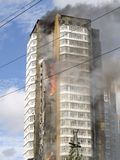 Ein Feuer in einem hohen Gebäude Lizenzfreie Stockfotografie