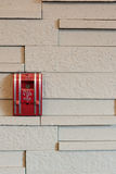 Ein Feuermelderzugkasten auf einer Wand stockbild