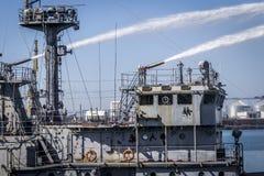 Ein Feuerschiff löscht ein Feuer auf einem anderen Schiff aus Lizenzfreie Stockfotos