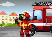 Ein Feuerwehrmann, der eine Axt mit einem LKW an der Rückseite hält lizenzfreie abbildung