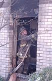 Ein Feuerwehrmann, der Reinigungsoperationen tut lizenzfreie stockbilder