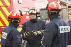 Ein Feuerwehrmann, der seinem Team Anweisungen erteilt lizenzfreie stockbilder