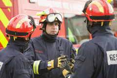 Ein Feuerwehrmann, der seinem Team Anweisungen erteilt Stockbild