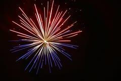 Ein Feuerwerks-Stern gesprengt nachts Lizenzfreies Stockbild