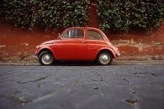 Ein Fiat 500 parkte in Rom, Italien. Stockfotos