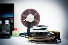 Ein Film der Weinlese 8mm, der den Desktop mit Spulen und Elementen in O redigiert Lizenzfreie Stockfotos