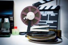 Ein Film der Weinlese 8mm, der den Desktop mit Spulen und Scharnierventil redigiert Lizenzfreie Stockbilder