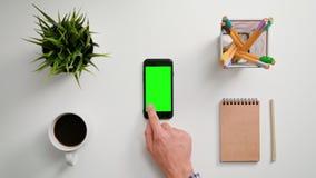 Ein Finger, der einen Smartphone berührt lizenzfreies stockfoto