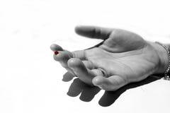 Ein Finger mit rotem Blutstropfen Stockfotos
