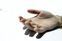 Ein Finger mit rotem Blutstropfen Lizenzfreies Stockfoto