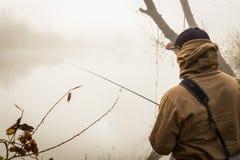 Ein Fischen des jungen Mannes Stockfotografie